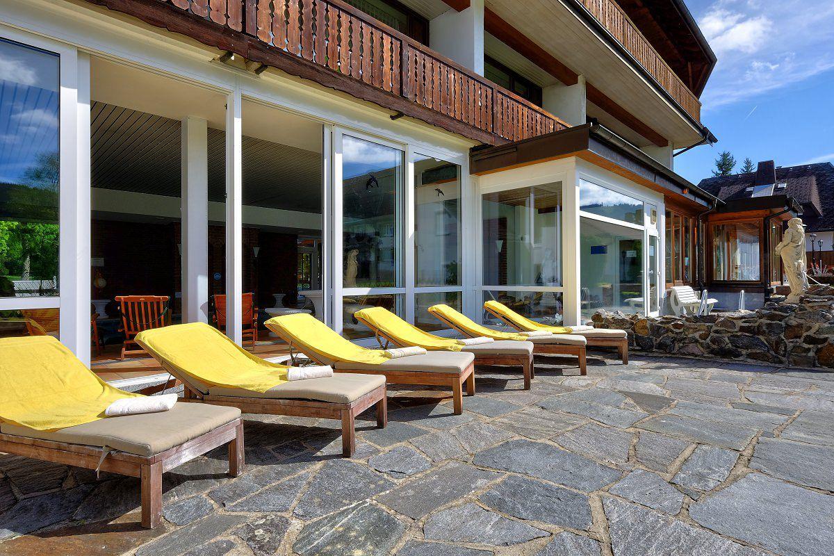 Bade und saunalandschaft parkhotel waldeck titisee for Schwimmbad aussen